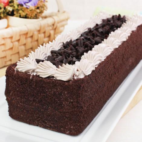 經典巧克力蛋糕黑森林蛋糕,鬆軟綿密的蛋糕體搭配現削巧克力碎片所製成的巧克力蛋糕,傳統口味內餡夾心暢銷30年的巧克力蛋糕,蛋糕甜而不膩口感滑順